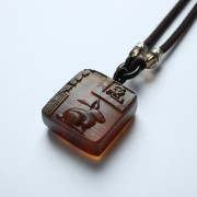 棕红缅甸琥珀生肖兔吊坠-80KM19